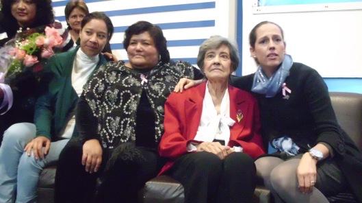 Usando saco rojo, Florentina Villalobos, la primer mujer diputada.